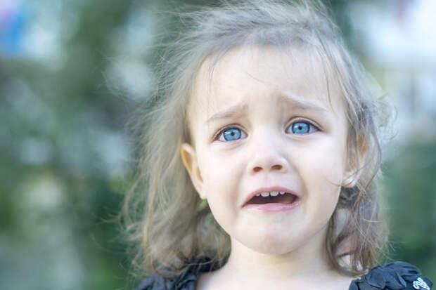 """Подойдя к фуре, дальнобойщик увидел записку: """"Пожалуйста, приютите мою дочь!"""". Тут он увидел из-за колеса детские голубые глаза"""