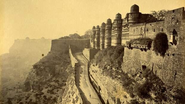Вход в знаменитый Форт в Северном Индийском городе Гвалиор в Мадхья-Прадеш, снят в 1878 году.