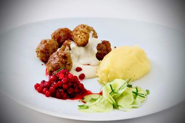 Мясные фрикадельки со сладким с брусничным соусом по-шведски