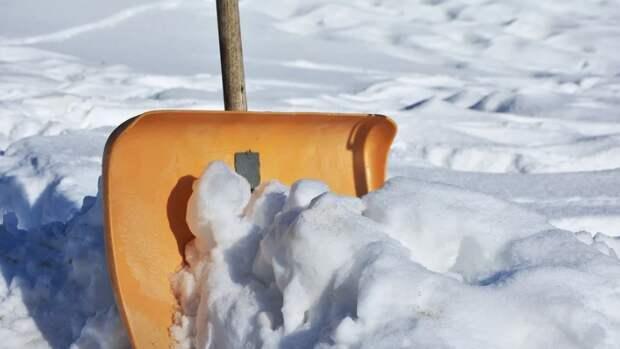 Куча снега на улице Вертолетчиков «потеснила» машины с парковки