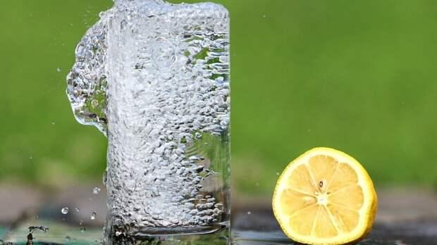 В сети раскрыли десять причин пить воду с лимоном по утрам