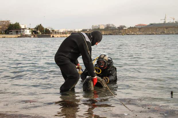 Севастопольские водолазы расчистили морское дно перед крещенскими купаниями