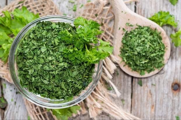 У сушеной петрушки ярко-выраженный запах и аромат. / Фото: korosten.top