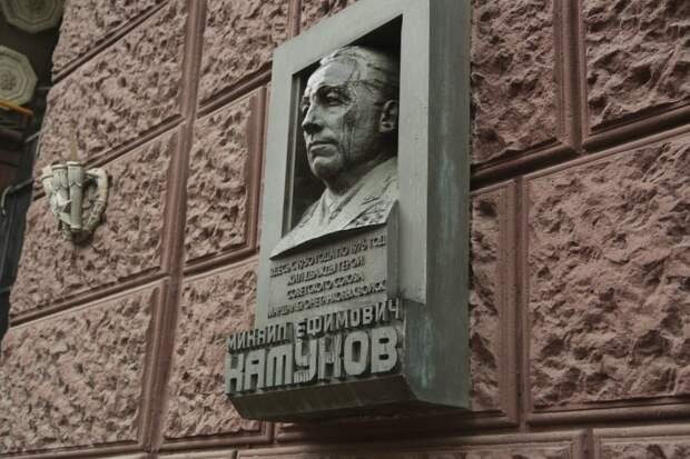 Установленная доска маршалу Катукову на фасаде дома по Ленинградке начала «лить слезы» из-за конденсата