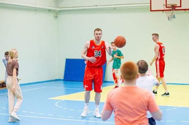 Профессиональные баскетболисты провели уроки физкультуры в школах Челябинска
