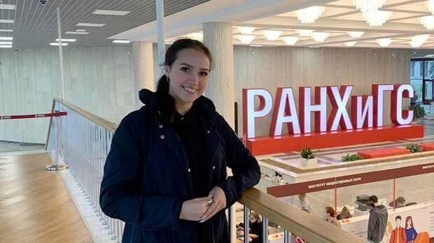Команда Тутберидзе показала фото Загитовой из здания РАНХиГС. Сегодня фигуристка сдает вступительный экзамен