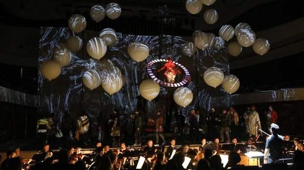 В поисках потерянного рая: Чеховский фестиваль открылся «Сотворением мира»