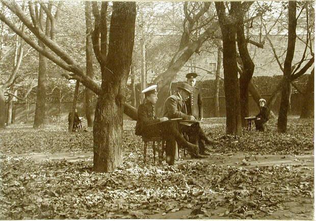 03. Преподаватель и воспитанники рисуют с натуры в саду корпуса