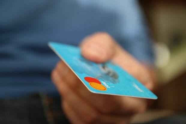 Банки разрешат клиентам снимать деньги с чужих карточек