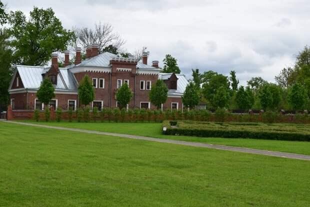 Свитский корпус (место, где жила свита и прислуга, сопровождающая важных гостей)
