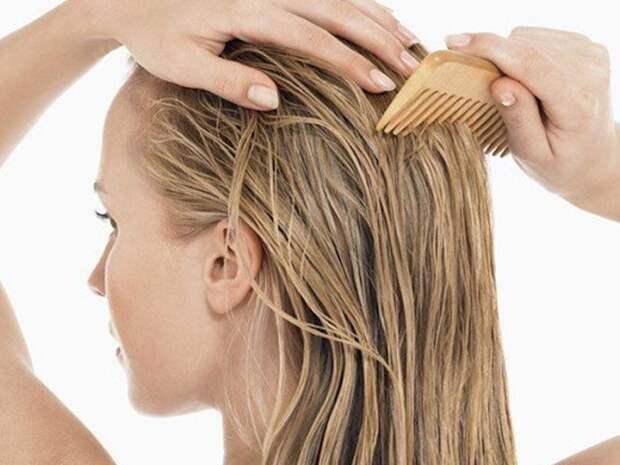 Если распылить кондиционер на спутанные волосы, их можно будет без проблем расчесать. / Фото: alternative-medicine-doctors.com