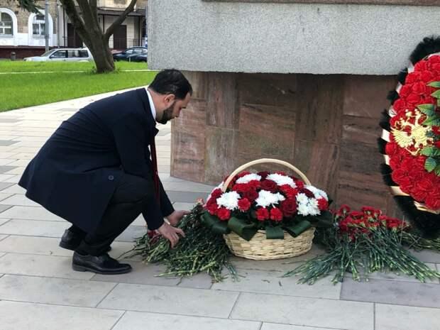 Ректор РХТУ Мажуга почтил память героев Великой Отечественной войны у памятника Маршалу Бирюзову