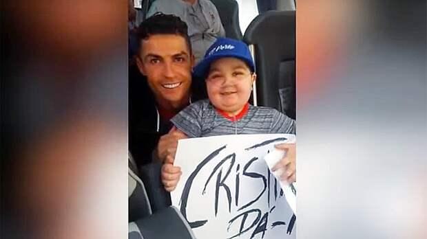 «Криш, обними меня». Роналду остановил автобус сборной ради фото сфанатом, больным лейкемией