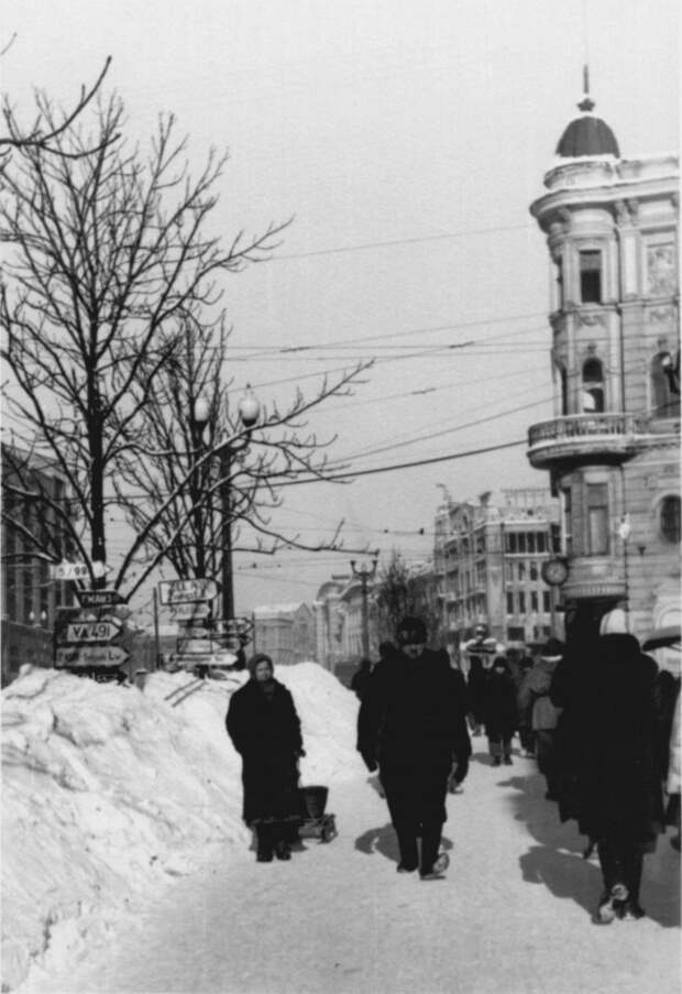 Улица в оккупированном Харькове зимой 1942 года
