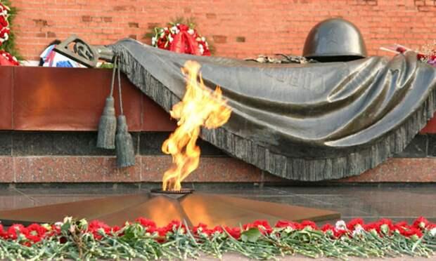 Над Ржевским мемориалом советскому солдату устроили световое шоу