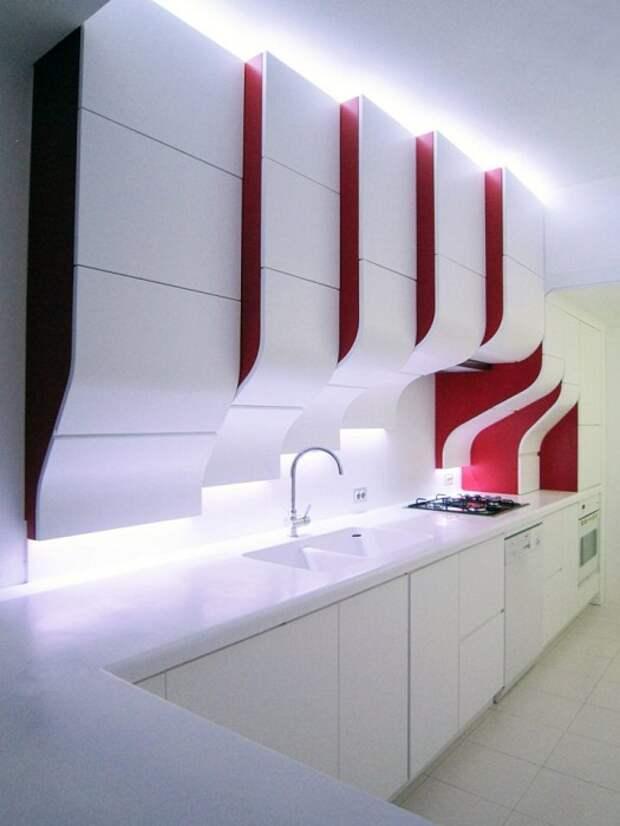 Оригинальный кухонный гарнитур в очень стильной бело-красной цветовой гамме, что выглядит отлично.