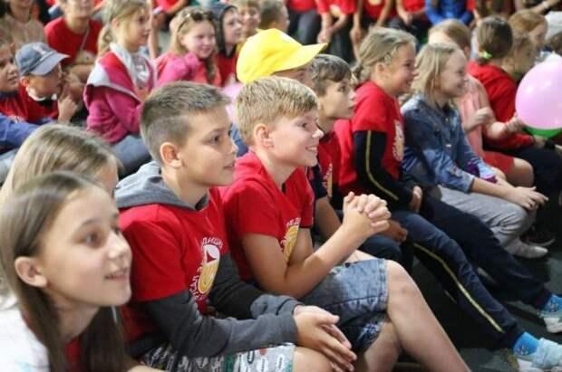 Мишустин поручил расширить программу детского туристического кешбэка