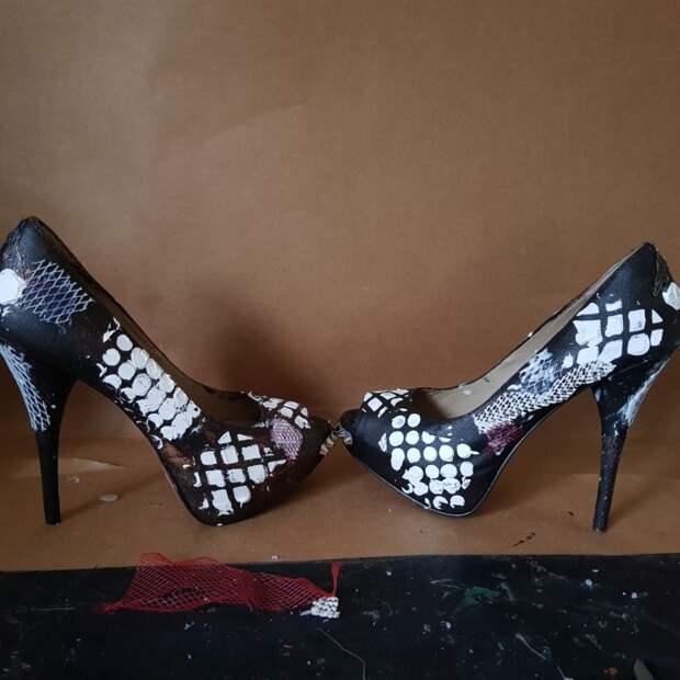 Достала свои старые туфли на шпильке, обклеила пригоршней бижутерии и теперь храню в них кольца: подружка просит сделать ей такие же