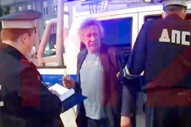 Михаил Ефремов на Смоленской площади в Москве выехал на встречную полосу и врезался в грузовик