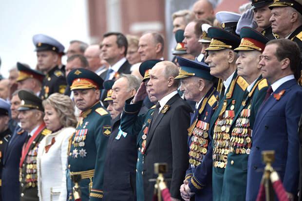 Песков назвал решение о переносе парада Победы непростым для Путина