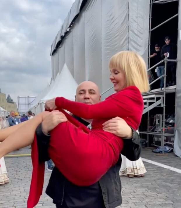 Иосиф Пригожин пронес Валерию на руках по Красной площади