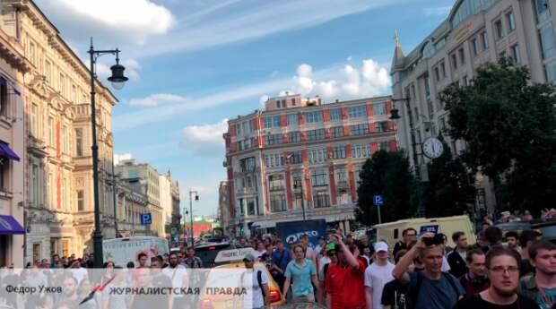 Бросившего урну в полицию на незаконной акции в Москве признали виновным
