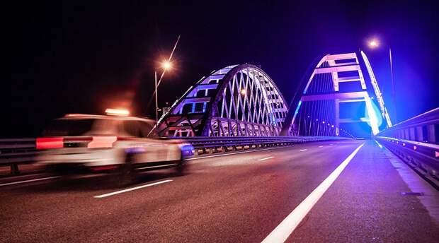 Автомобилисты пожаловались на слепящую подсветку Крымского моста