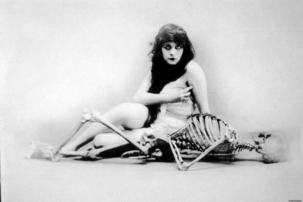 Теда Бара со скелетом.jpg