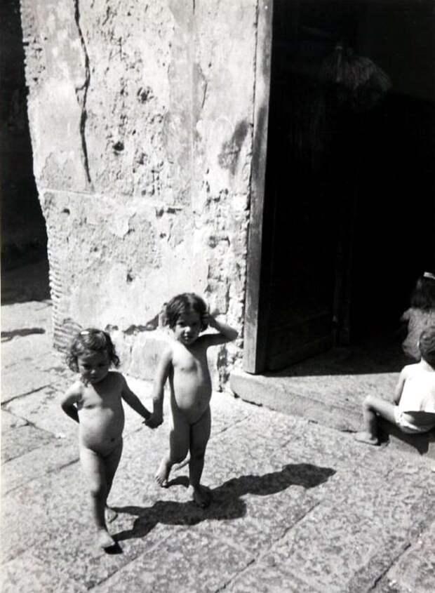 Италия, Неаполь, 1948 год - Маленькие девочки, гуляющие голышом посреди улицы