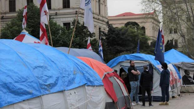 Палатки оппозиции у парламента стоят уже несколько месяцев