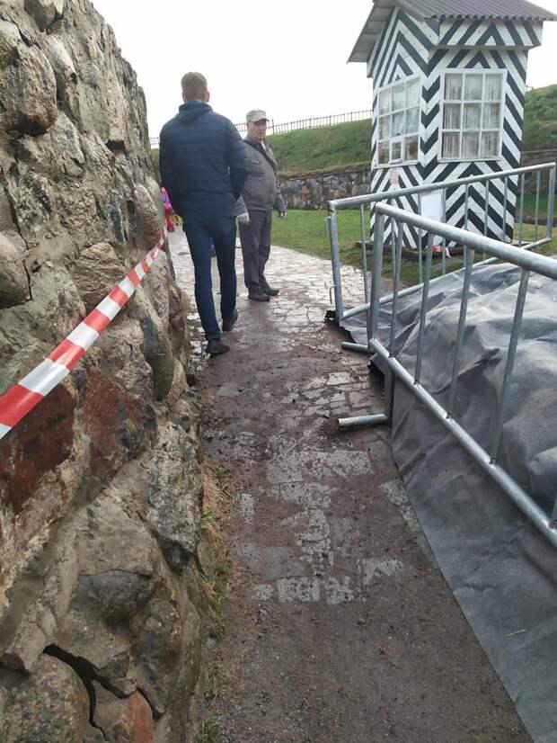 В средневековой крепости Корела обрушилась часть стены. Там проведут противоаварийные работы