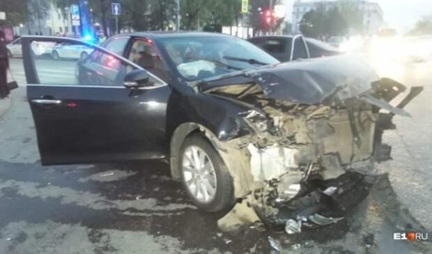 Пять взрослых и двое детей пострадали вДТП вцентре Екатеринбурга