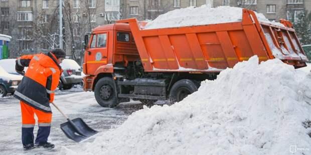 Коммунальщики забрали забытый после уборки лед  с улицы Острякова