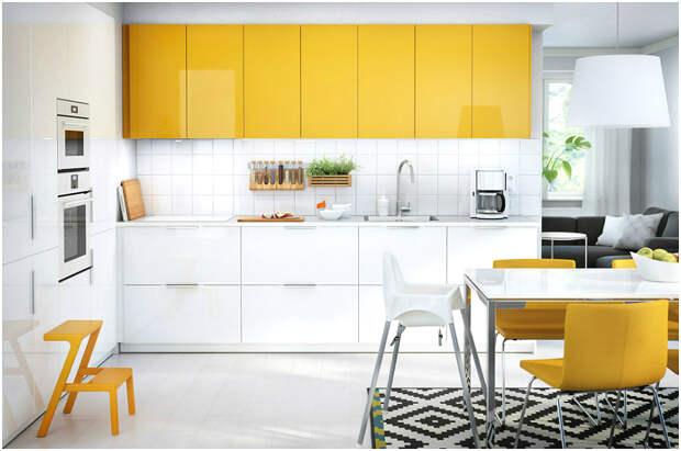 Безупречное сочетание жёлтого и белого в интерьере кухни
