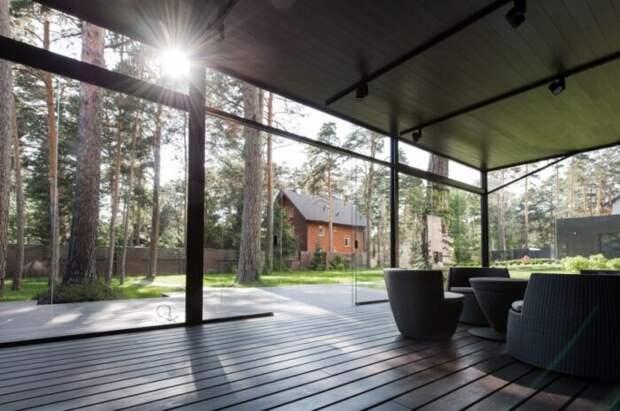 В Новосибирске деревянный особняк с террасой продают за большие деньги