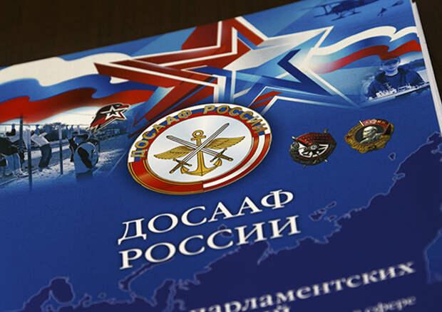В Брянской области выпускникам школы ДОСААФ вручили права у памятника воинам-водителям