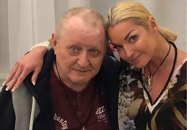 Отец Волочковой вернулся из пансионата домой