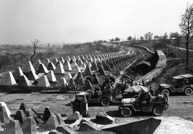 Солдаты 7-й армии США устремляются в прорыв в Линии Зигфрид.