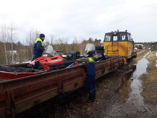 Спасатели вывозили мужчину из леса