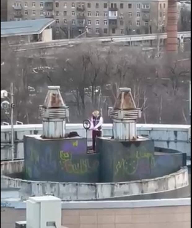 На Кашенкином Лугу подросток проник на крышу автостоянки