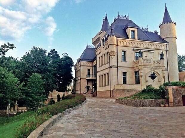 Замок в деревне Грязи: как выглядит дом звездной пары Пугачева-Галкин