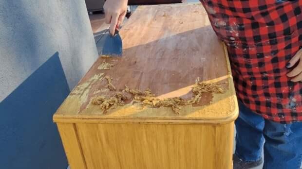 Снять размягченное растворителем лакокрасочное покрытие можно с помощью металлического шпателя.   Фото: cpykami.ru.