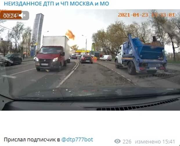 Молния ударила в линии электропередач около метро «Дмитровская»