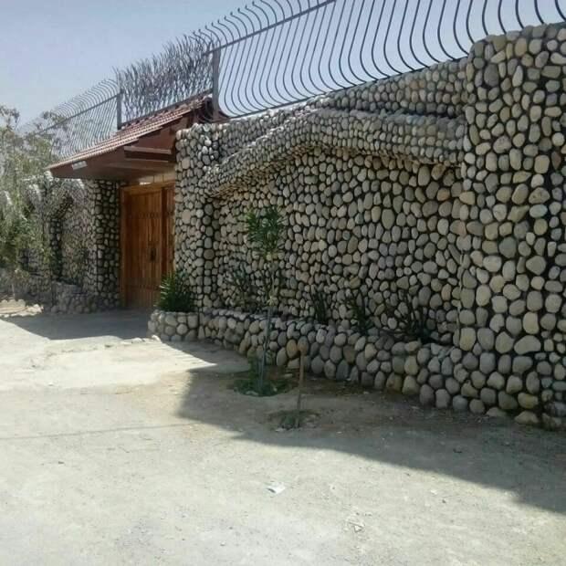 Каменный забор эстетичен и дарит чувство защищенности. /Фото: scontent-yyz1-1.cdninstagram.com