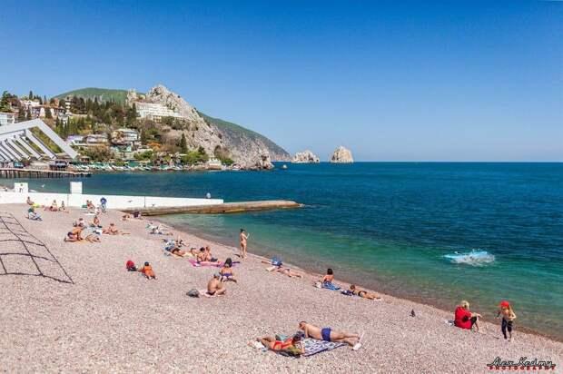 В Гурзуфе появились первые купальщики: 5 майских фото с Южного берега Крыма