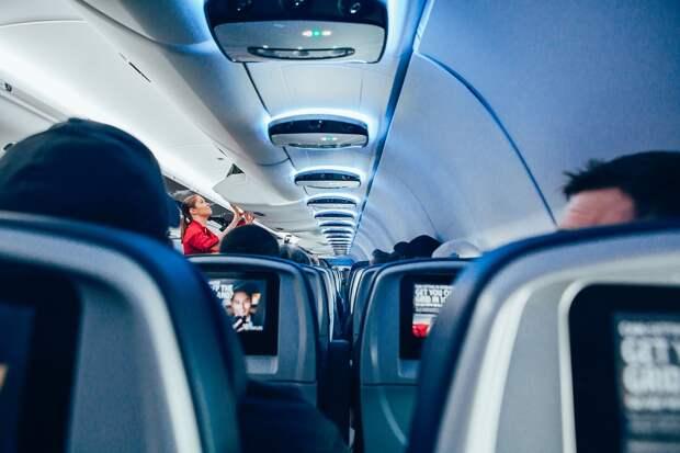Пассажирка самолёта разозлилась из-за замечания и начала плеваться в пассажиров