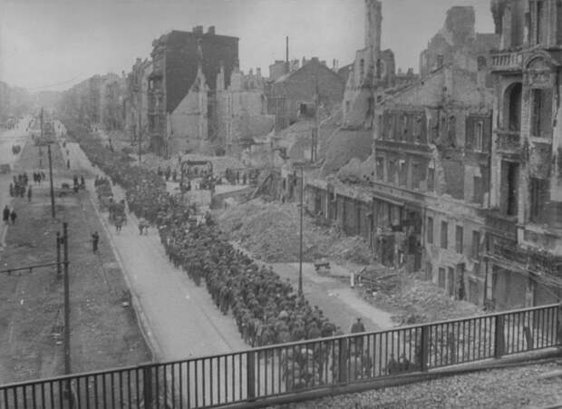 Колонна немецких пленных на марше в Берлине.