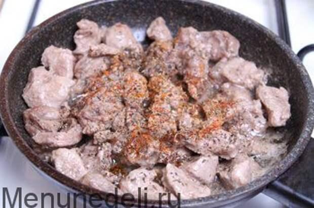 Тушеная говядина с абрикосами и карамелизированным луком