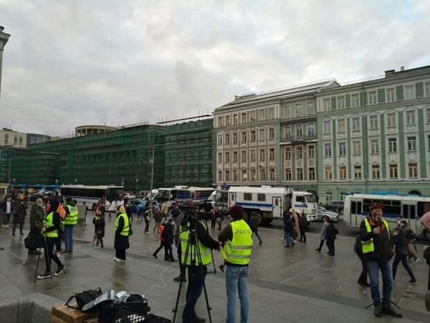 К Мосгорсуду, где рассмотрят иск о признании ФБК экстремистским, подогнали автозак
