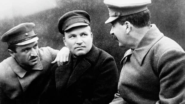 Анастас Микоян, Сергей Киров и Иосиф Сталин (слева направо) за беседой. Фото: © РИА Новости